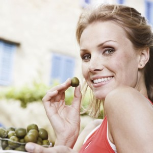 woman-eating-olives_french_paradox